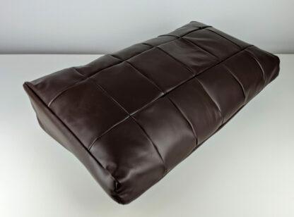 Brązowa poduszka na stopy