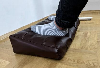 Elegancki brązowy podnóżek / poduszka na nogi