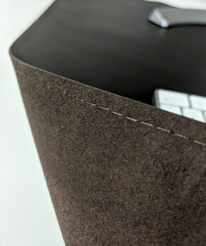 Pojedynczy szew ciemno brązowej podkładki na biurko