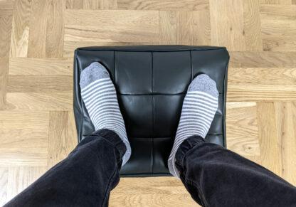 Przykład użycia skórzanego podnóżka o kolorze ciemnozielonym - widok z góry