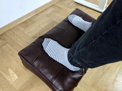 Użycie brązowego podnóżka w domowym biurze
